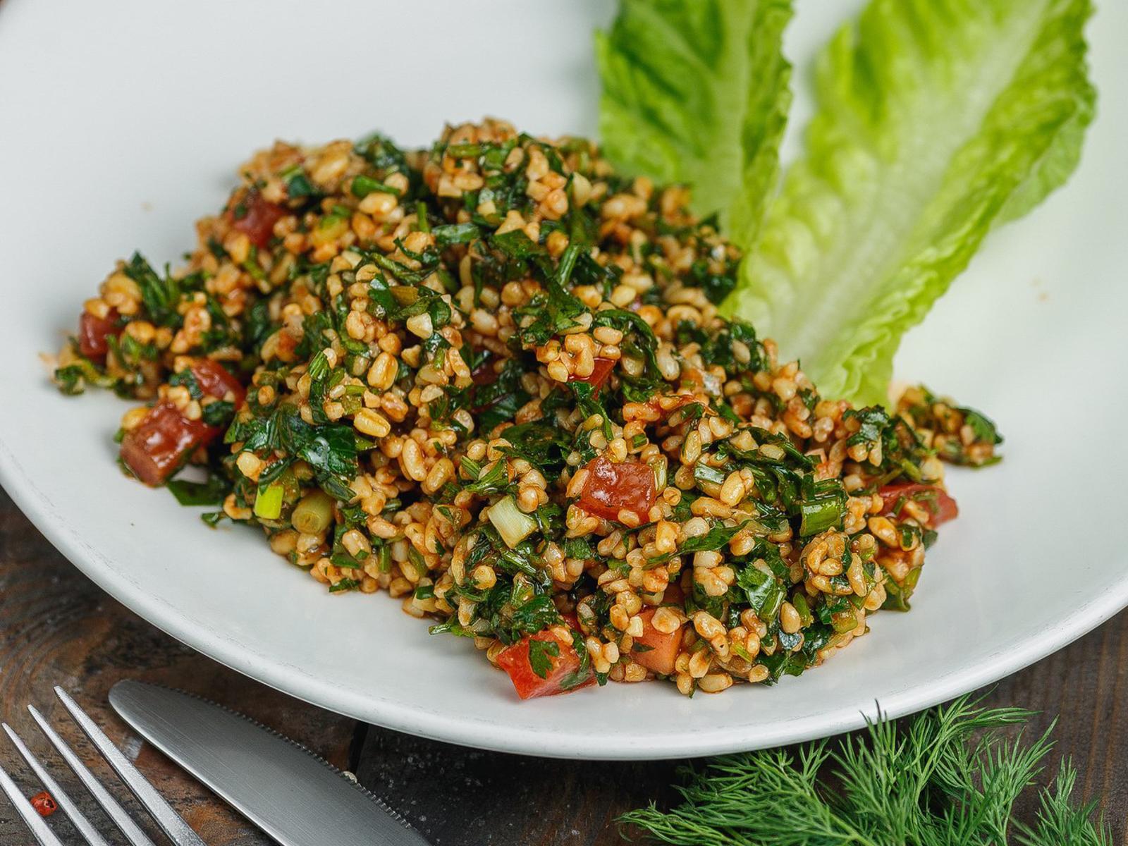 Салат с восточной крупой, томатами и кинзой