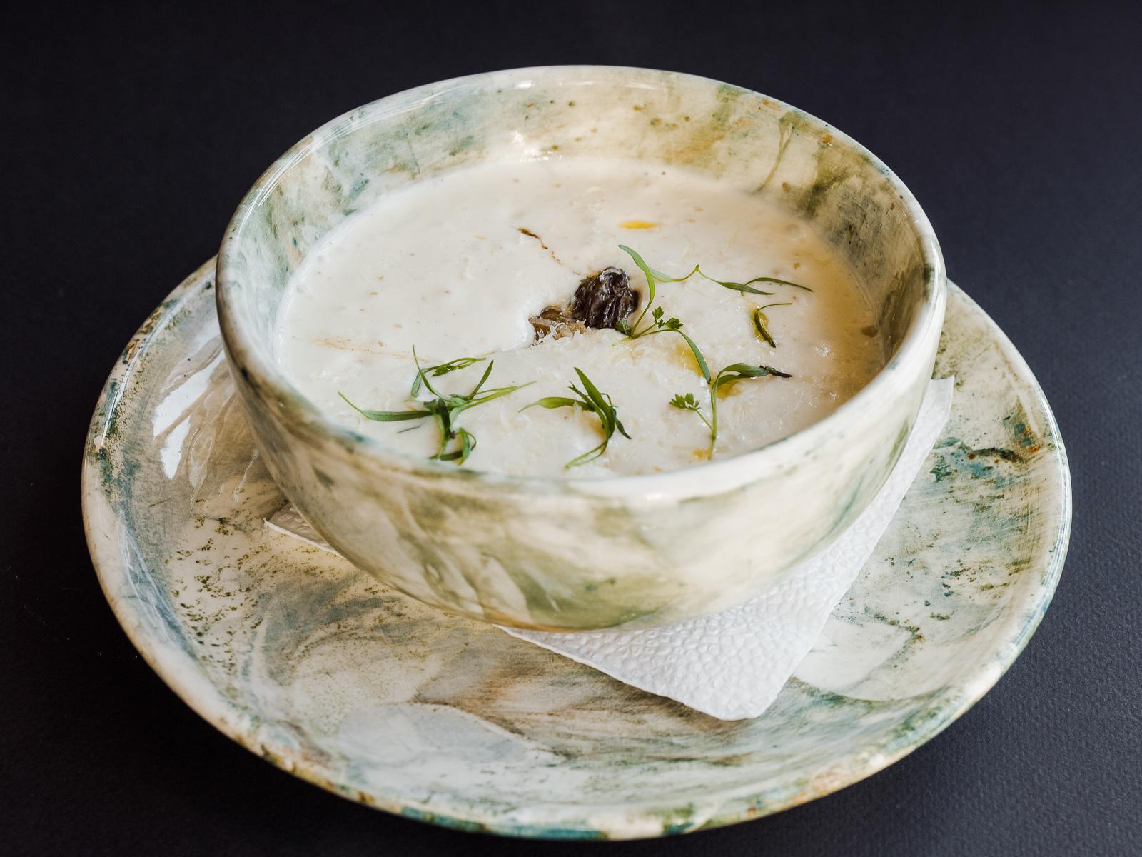 Крем-суп из пастернака с жареными сморчками и ароматом трюфеля