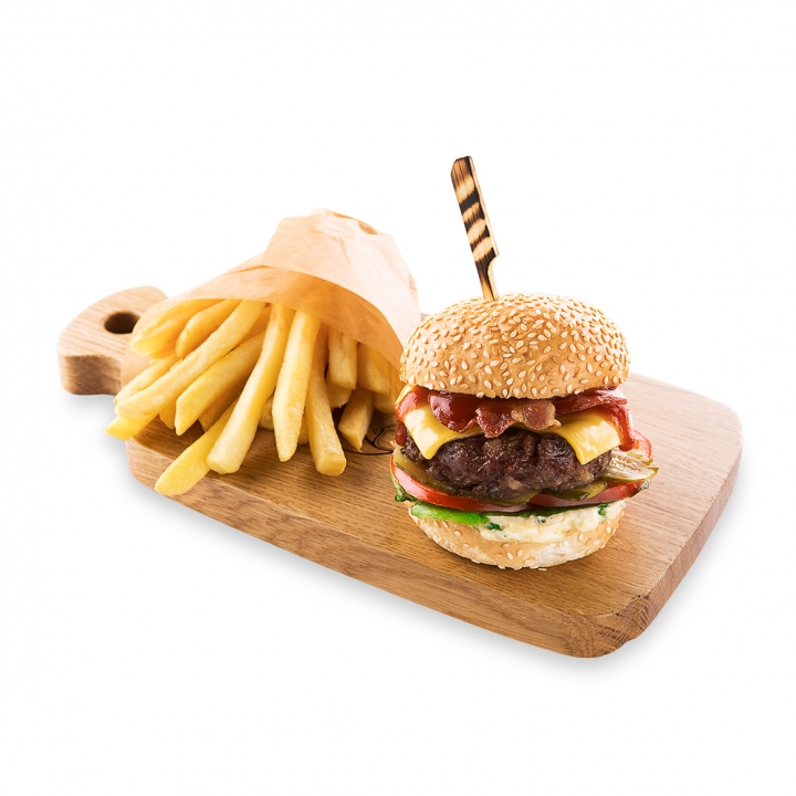 Бургер с говядиной и картофелем фри