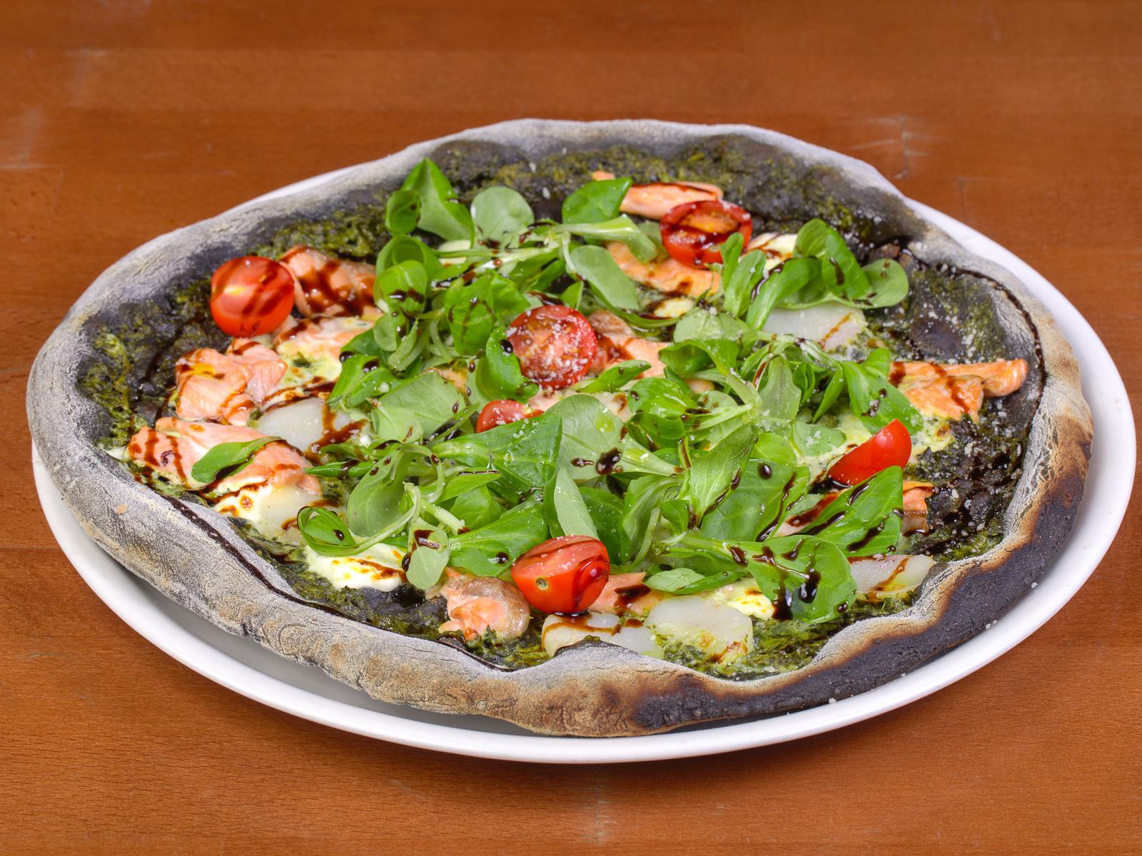 Пицца с гребешком и лососем