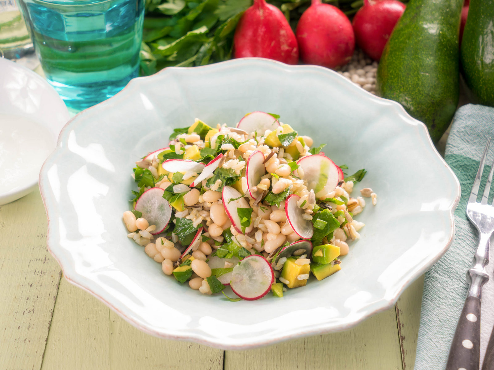Салат с фасолью, диким рисом, авокадо и редисом