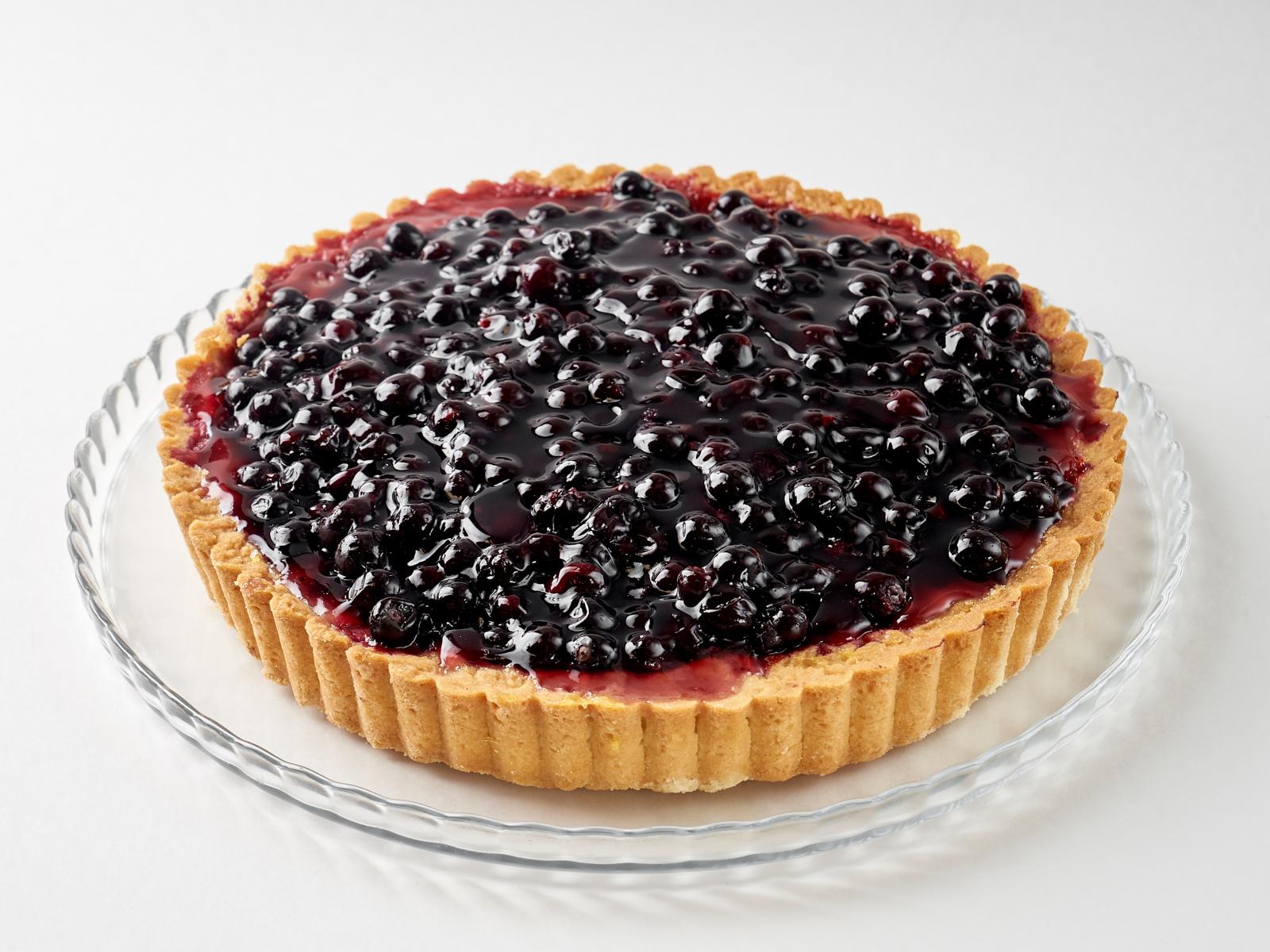 Пирог открытый с чёрной смородиной кусок