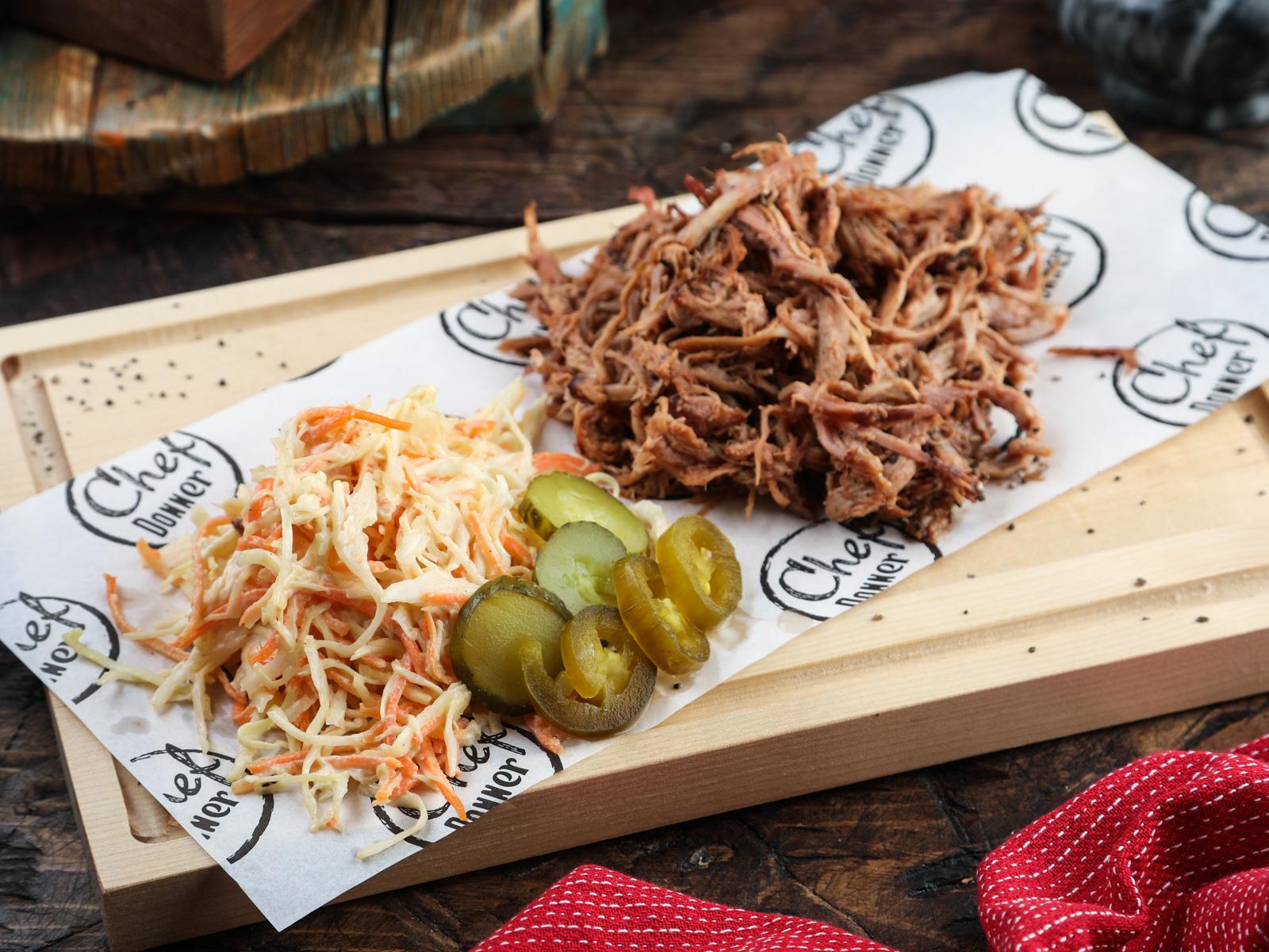 Рваная свинина с салатом коул-слоу