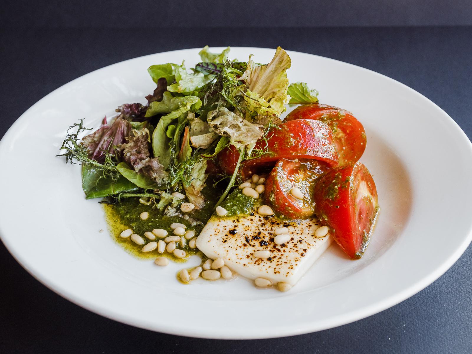 Салат из жареной брынзы с розовыми томатами и песто из щавеля