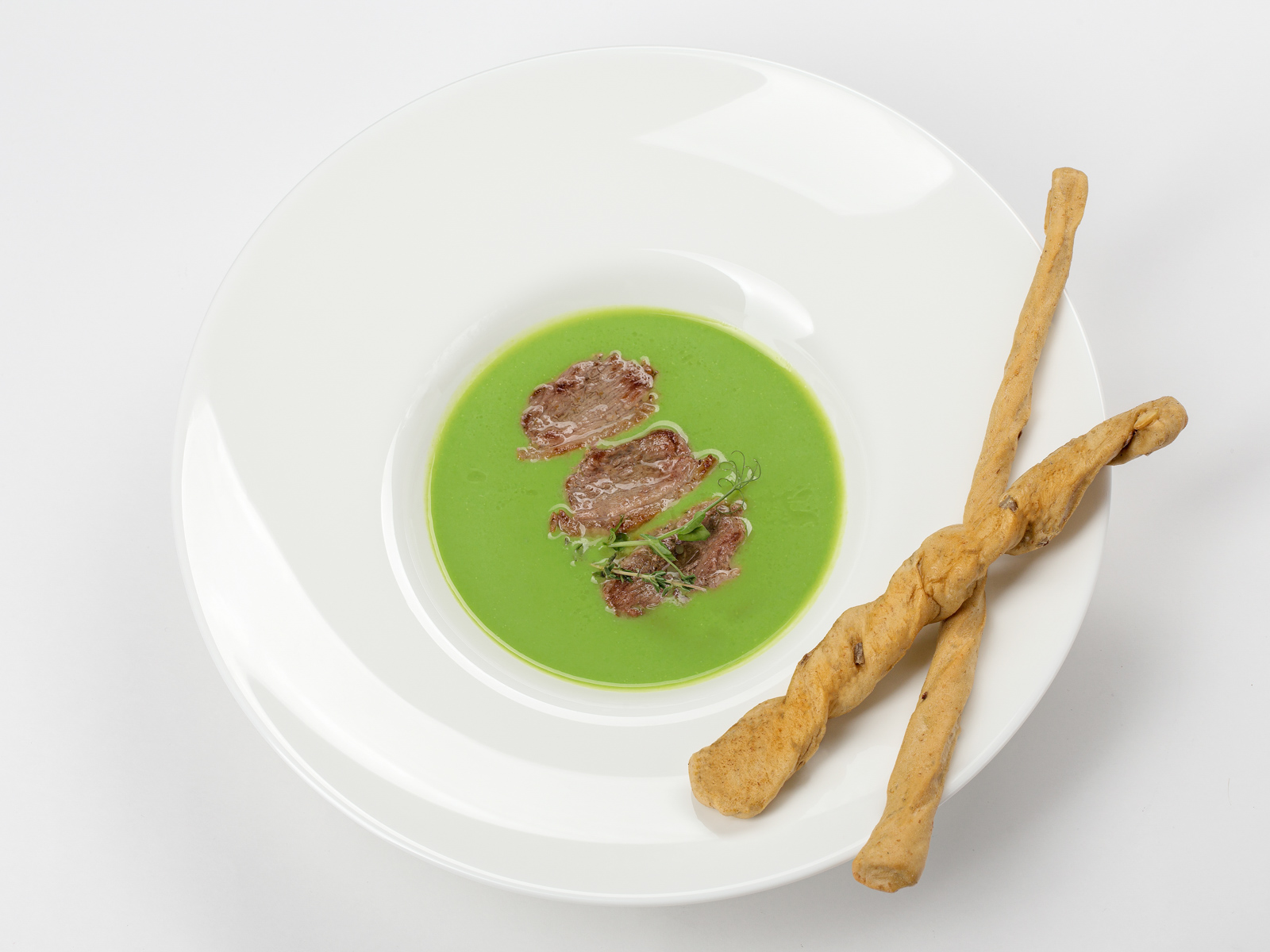 Крем-суп из зеленого горошка с утиным магре