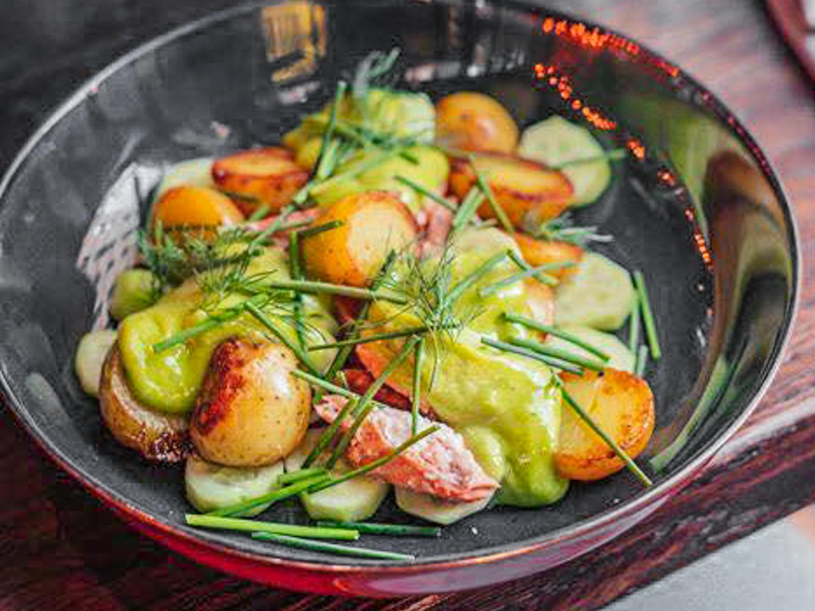 Салат из молодого картофеля с подкопченной неркой