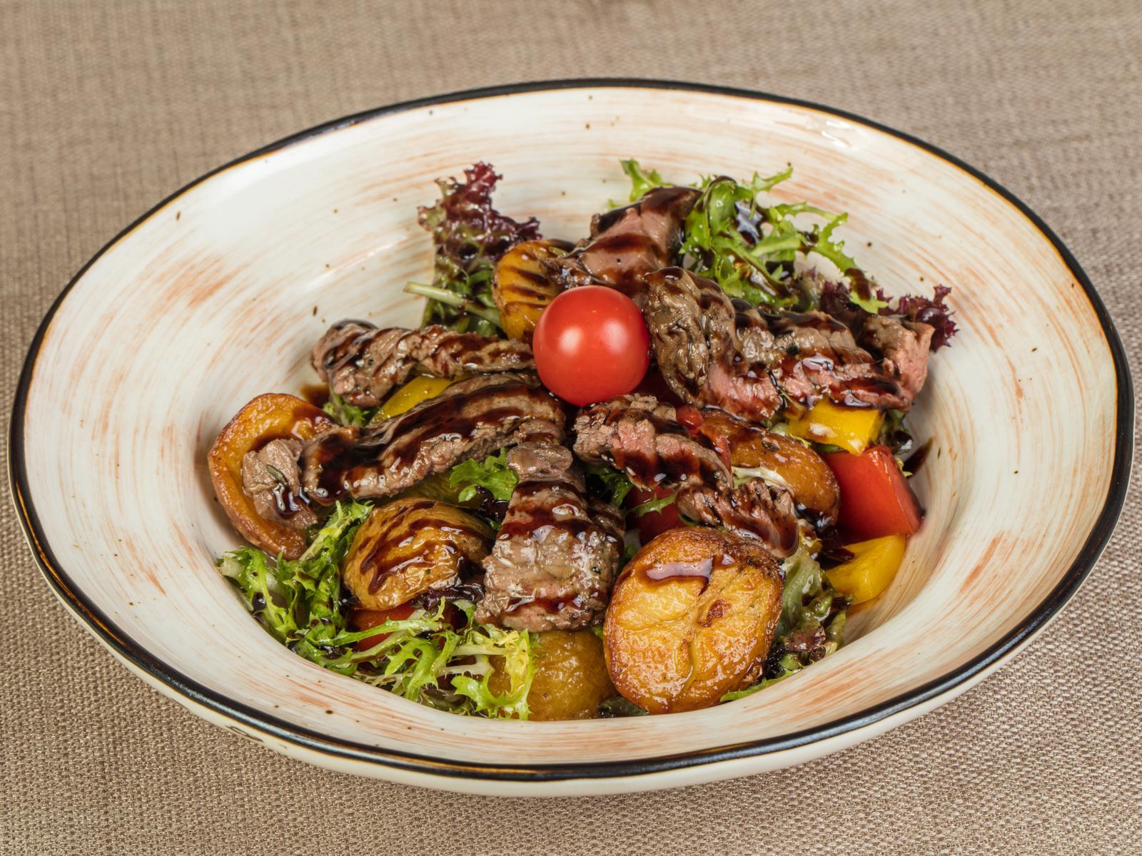 Салат теплый с телятиной гриль, печеным картофелем и свежими овощами