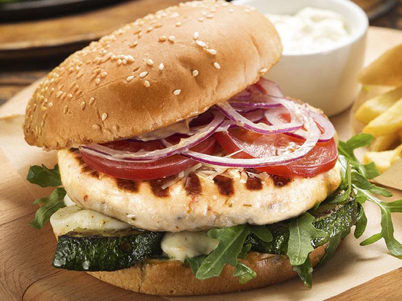 Бургер с курицей, подается с картофелем фри и соусом
