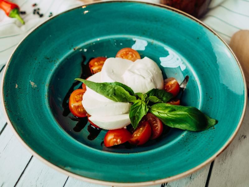 Моцарелла с томатами черри и базиликом