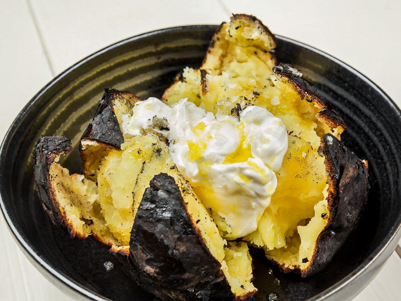 Печеный картофель со сметаной