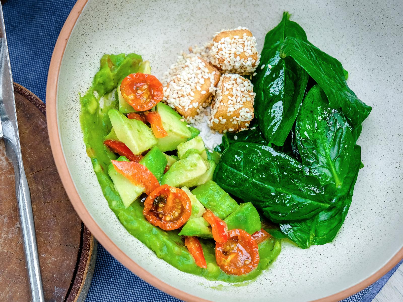 Салат из авокадо со шпинатом и сыром страчателла