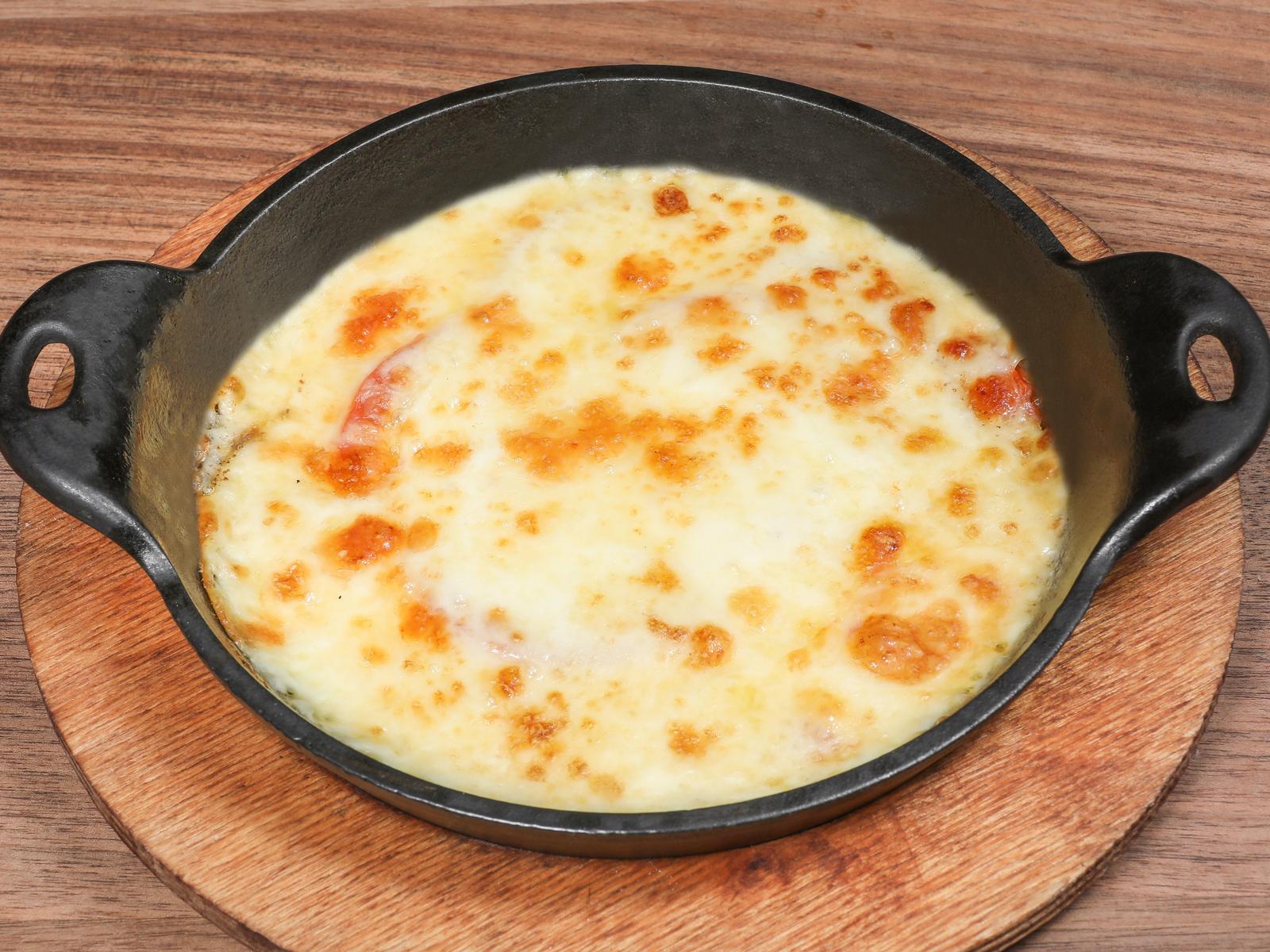 Запеченный сыр сулугуни с помидорами
