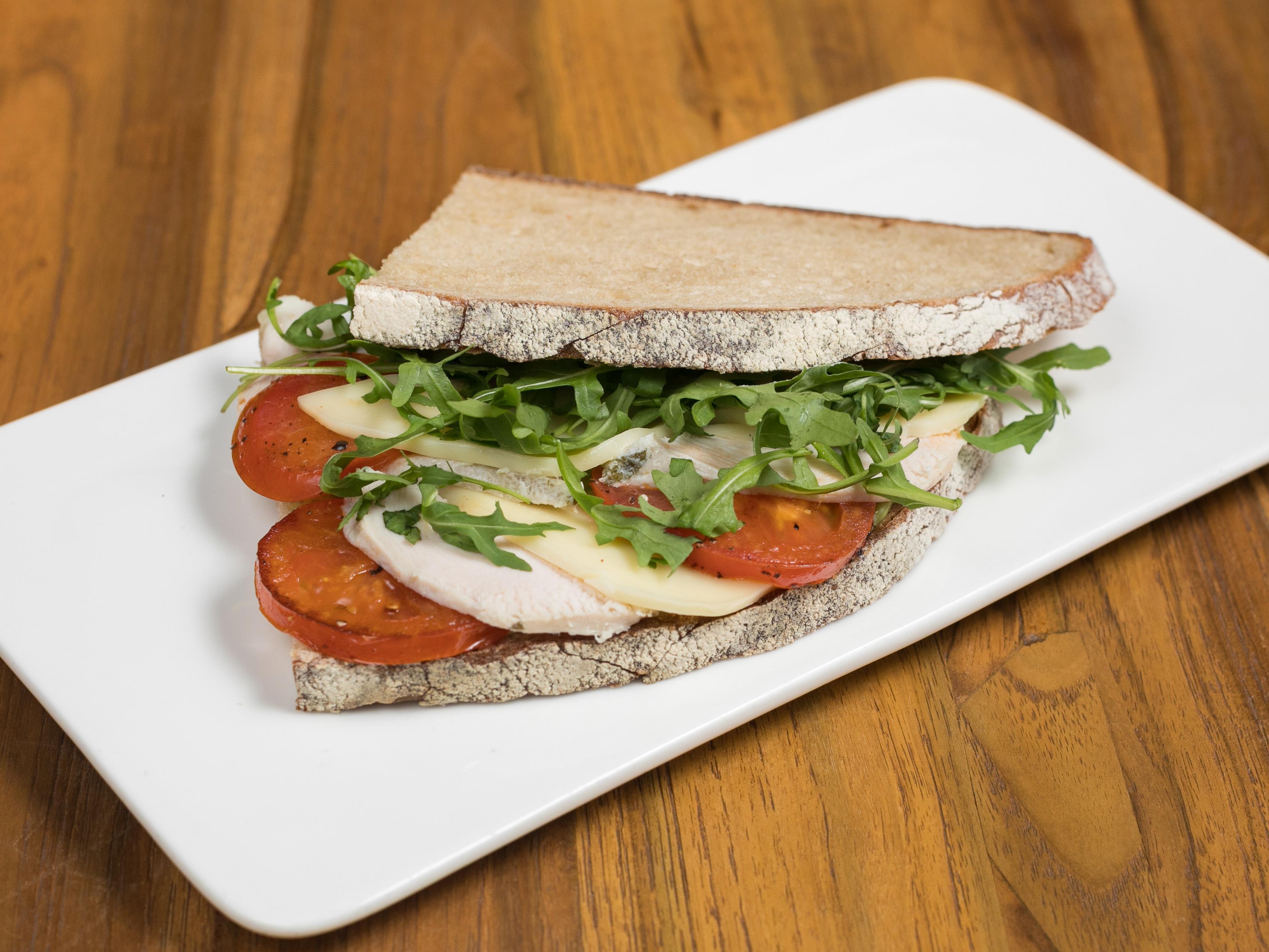 Сэндвич с курицей и жареными томатами