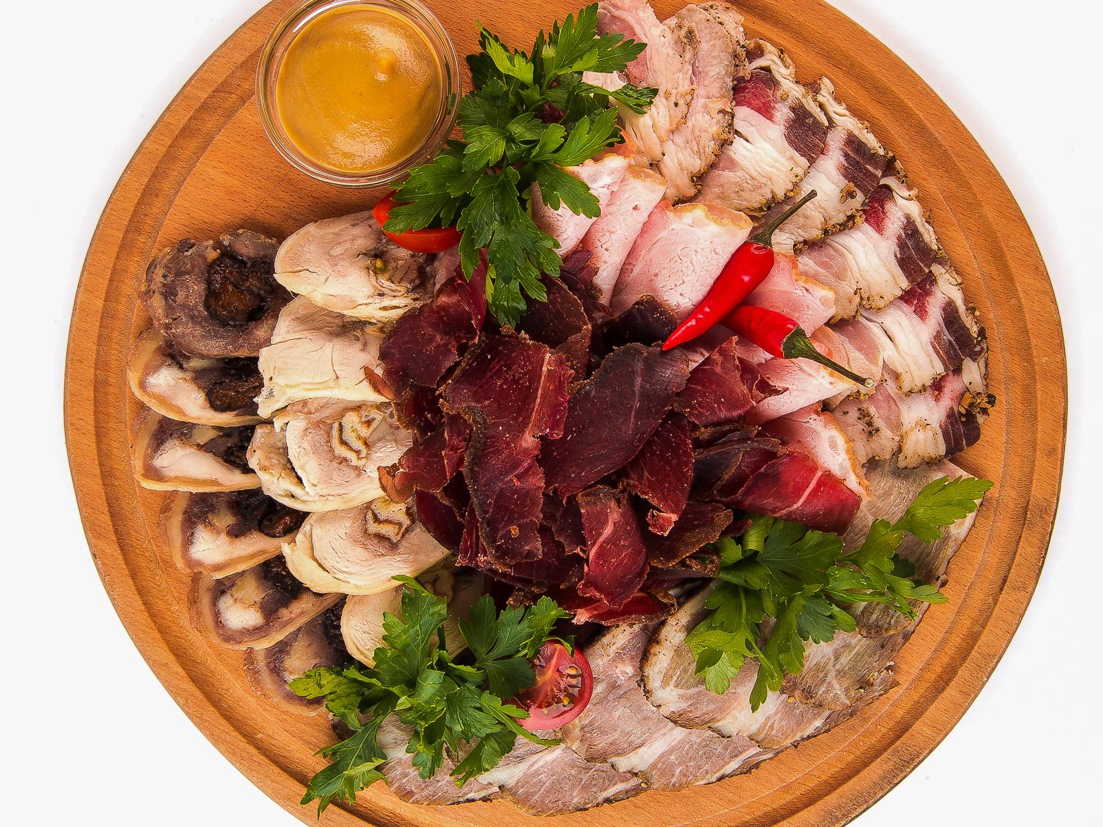 Плато с мясными деликатесами