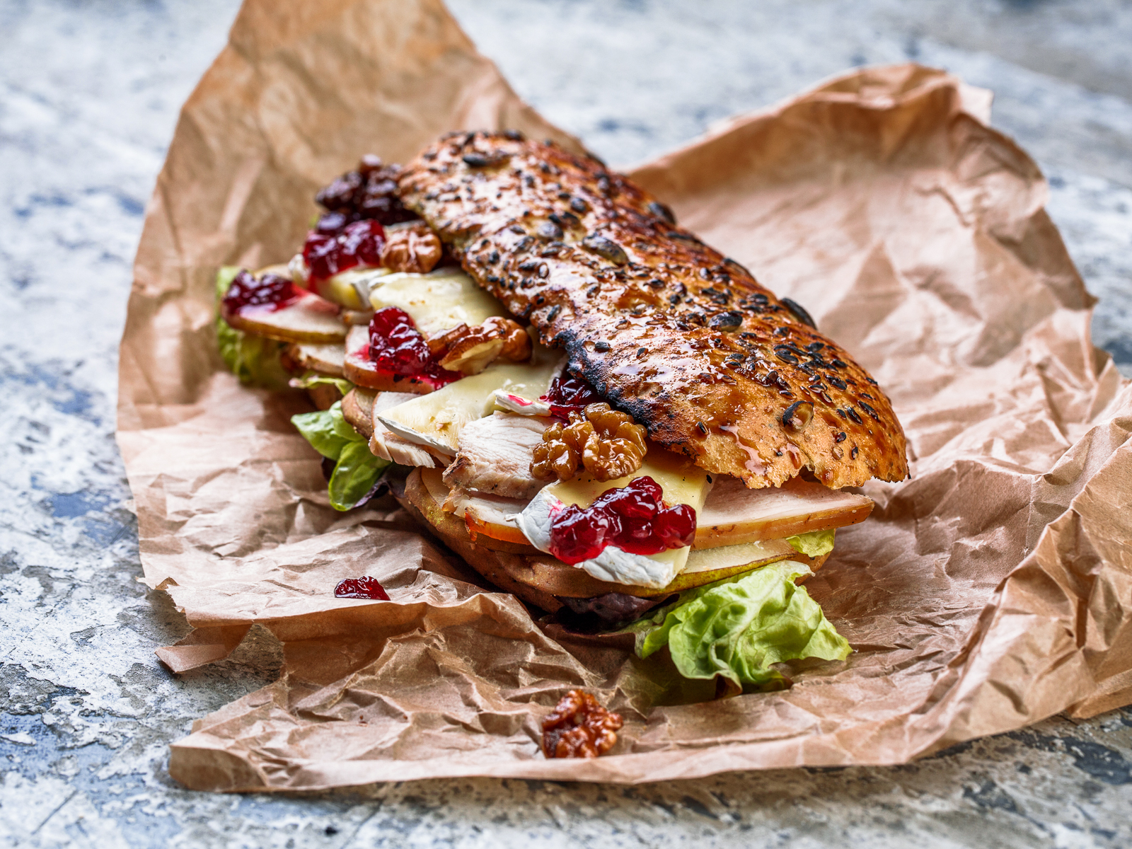 Сэндвич с копченой индейкой, грушей и сыром бри