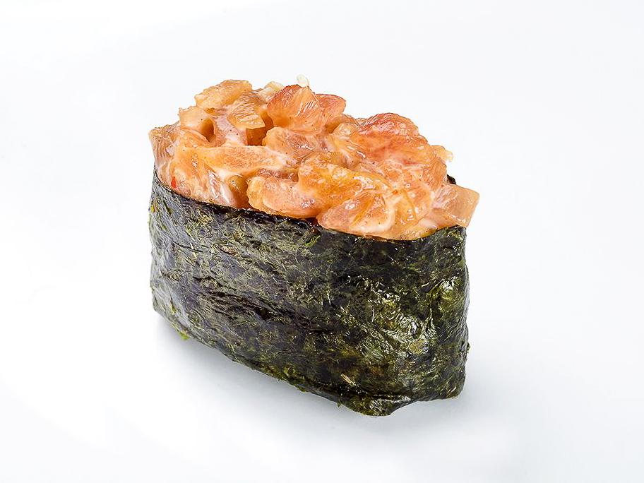 Гункан с лососем слабосоленым спайси