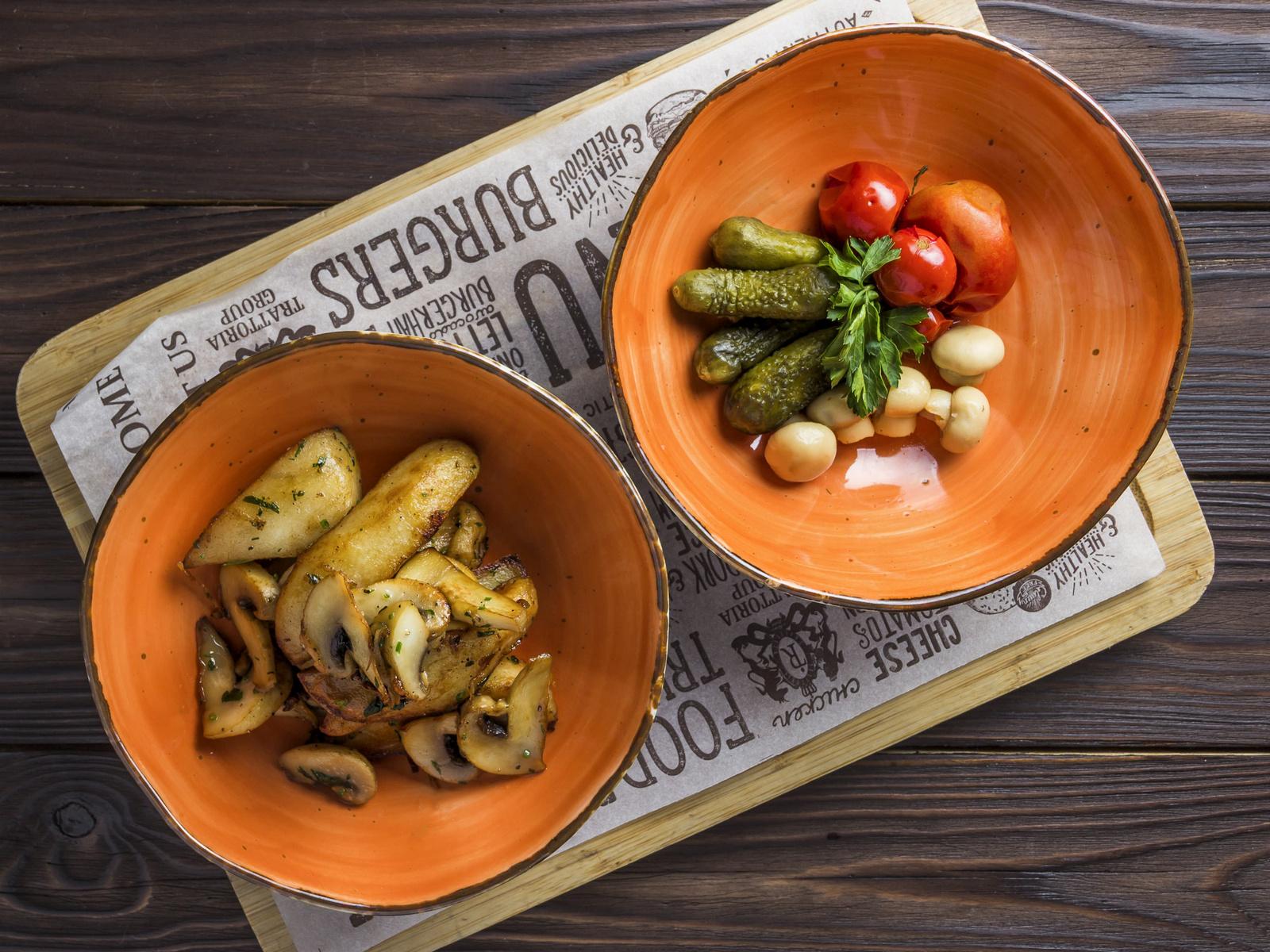 Жареный картофель с хрустящими корнишонами, черри и шампиньонами