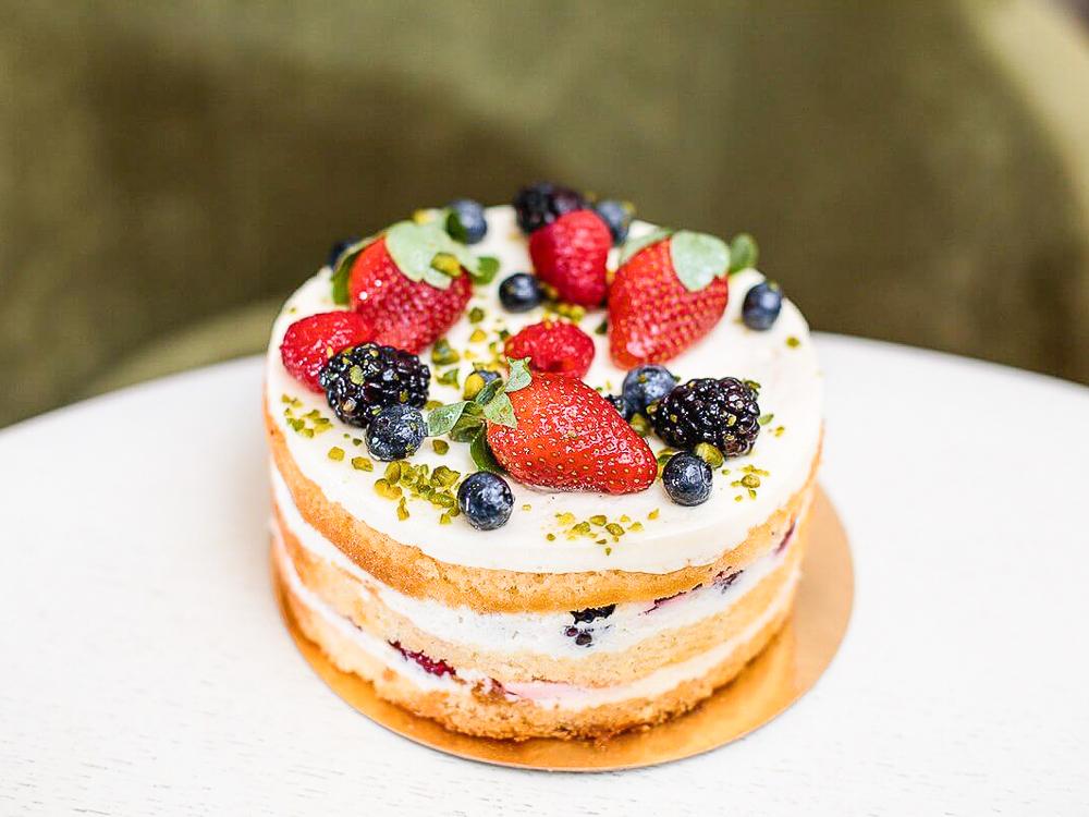 Торт со свежими ягодами и кремом Мильфей