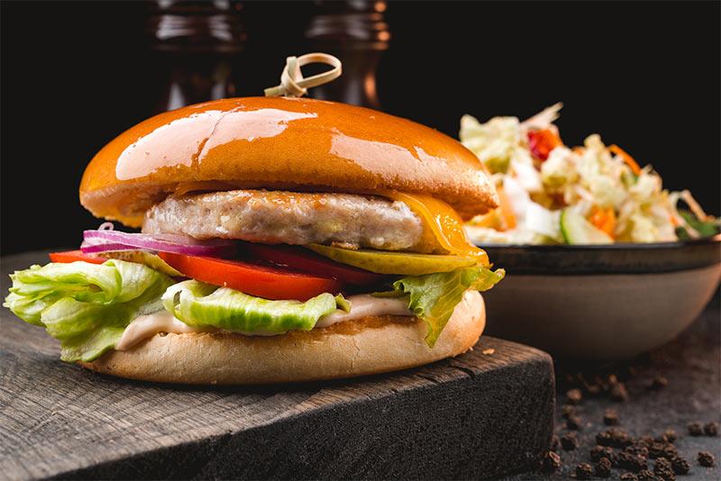 Чикен-бургер с салатом Коул-слоу