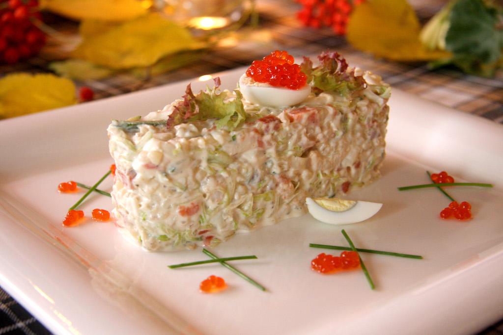 Салат с неркой слабой соли, креветками и булгуром