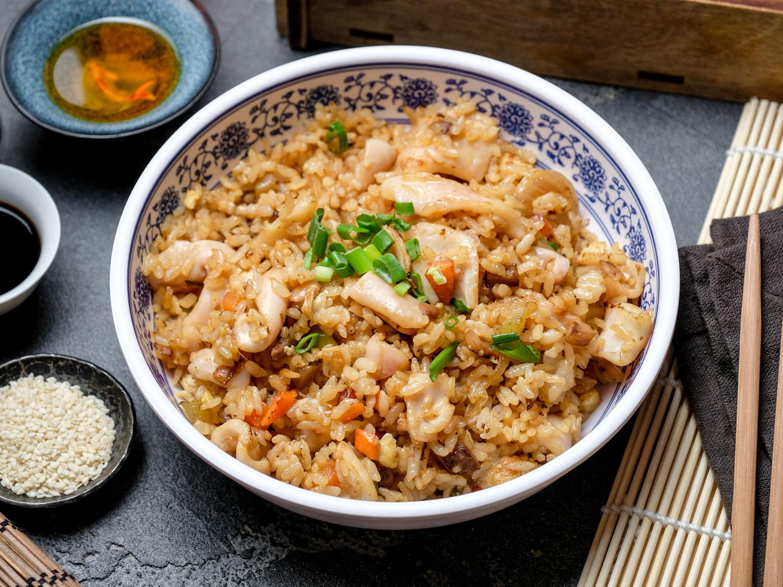 Рис жареный с кальмаром