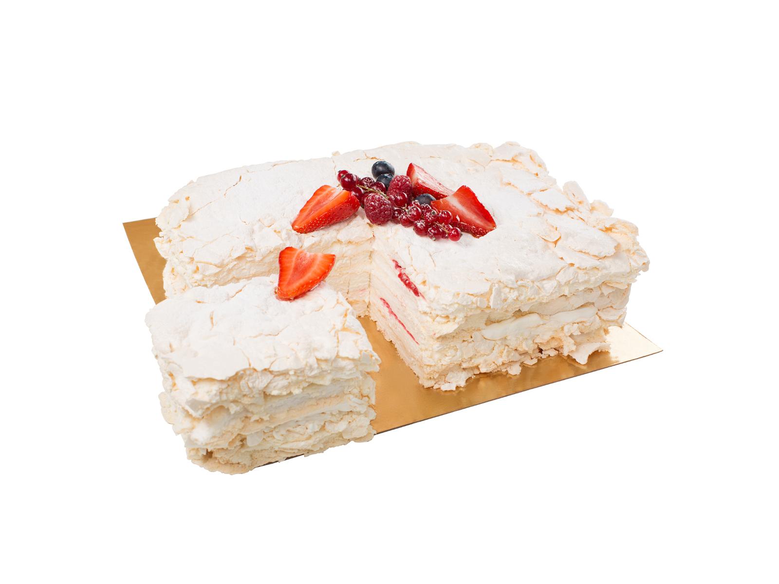 Большой меренговый торт с малиной и свежими ягодами