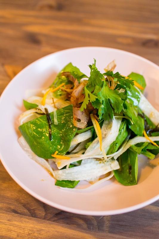 Салат из дайкона со шпинатом и стружкой тунца