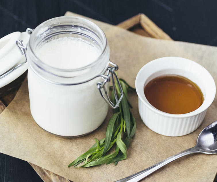 Домашний мацони в баночке с медом или вареньем