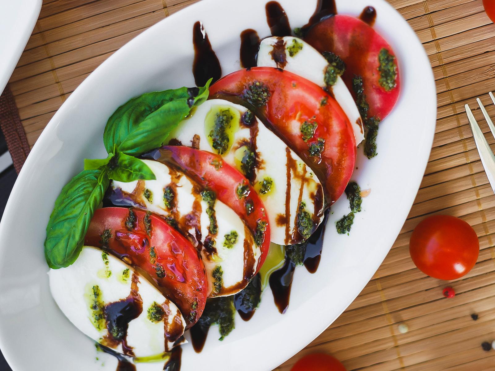 Моцарелла с томатами и базиликом