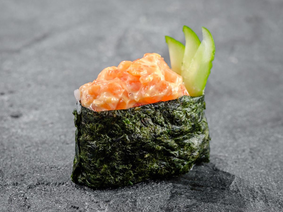 Гункан с лососем спайс