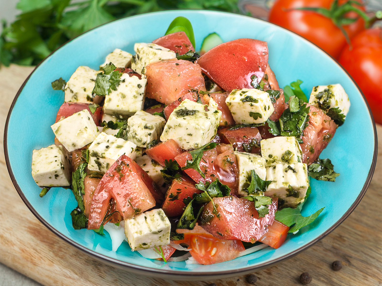 Салат Томаты с имеретинским сыром и зеленой аджикой