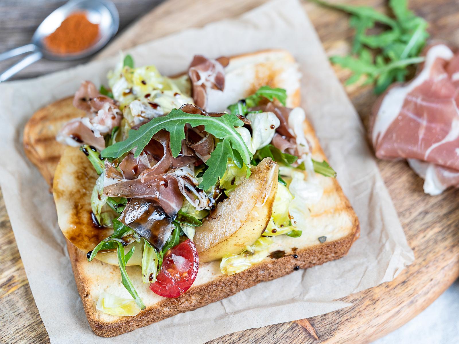 Салатный бутерброд с пармской ветчиной