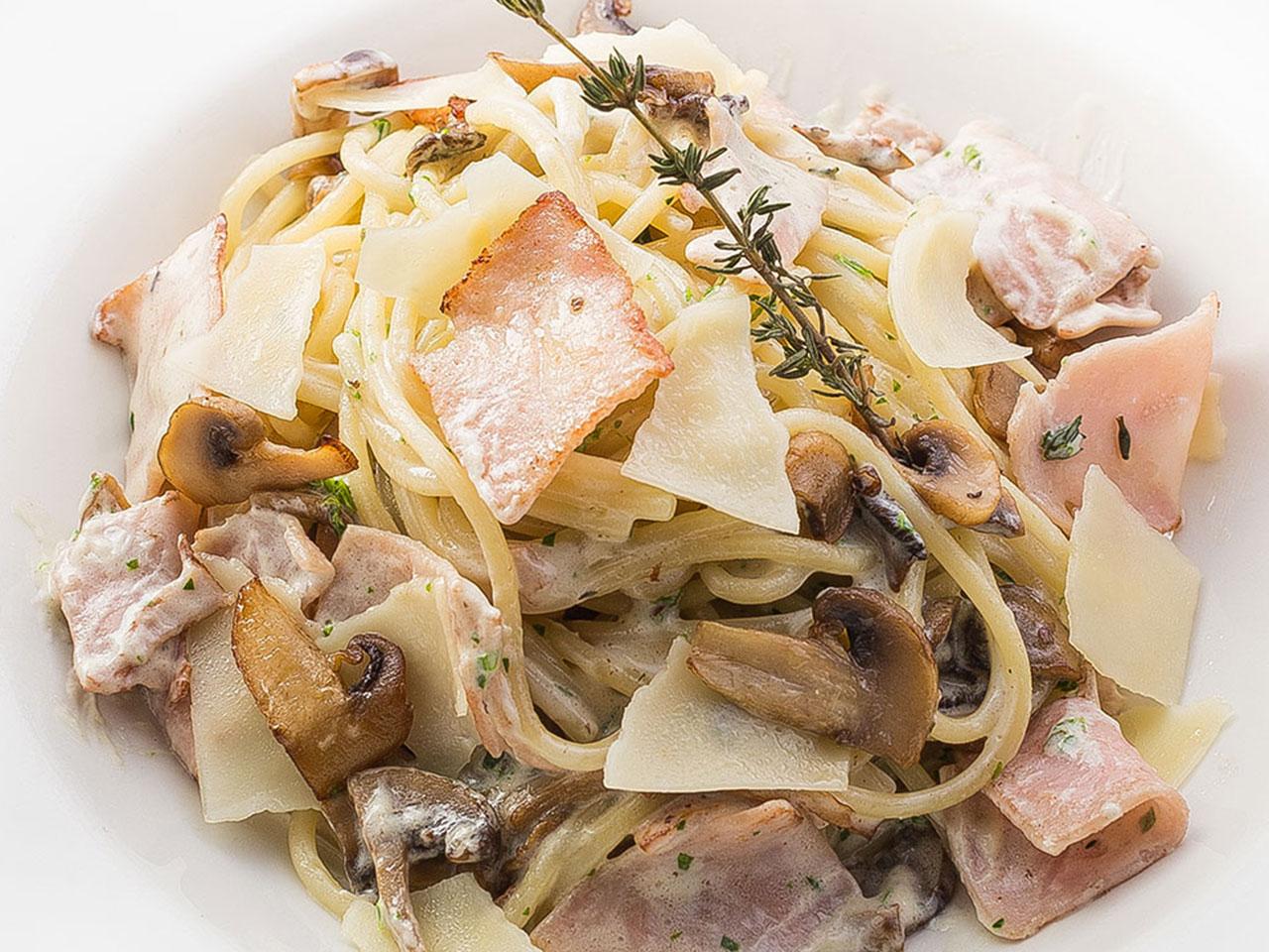 Спагетти с ветчиной и грибами