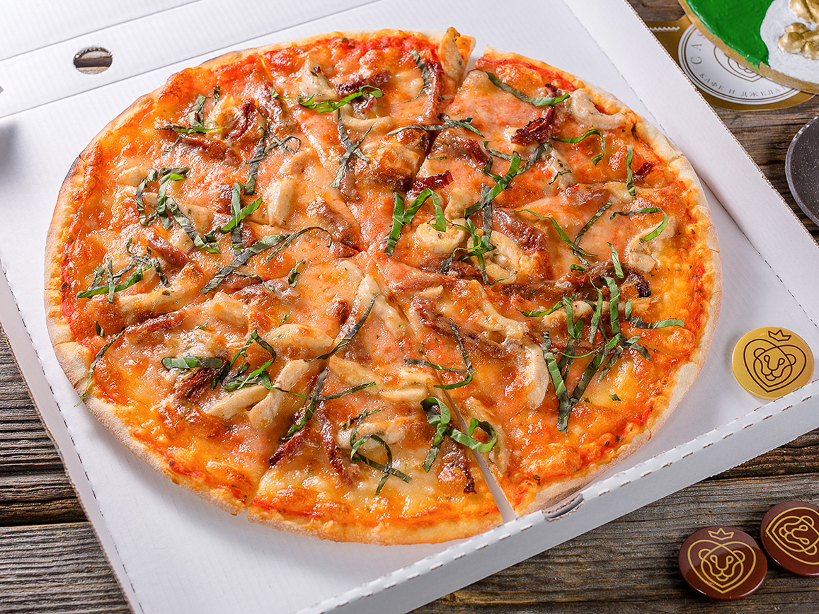 Пицца с куриным филе и вялеными томатами
