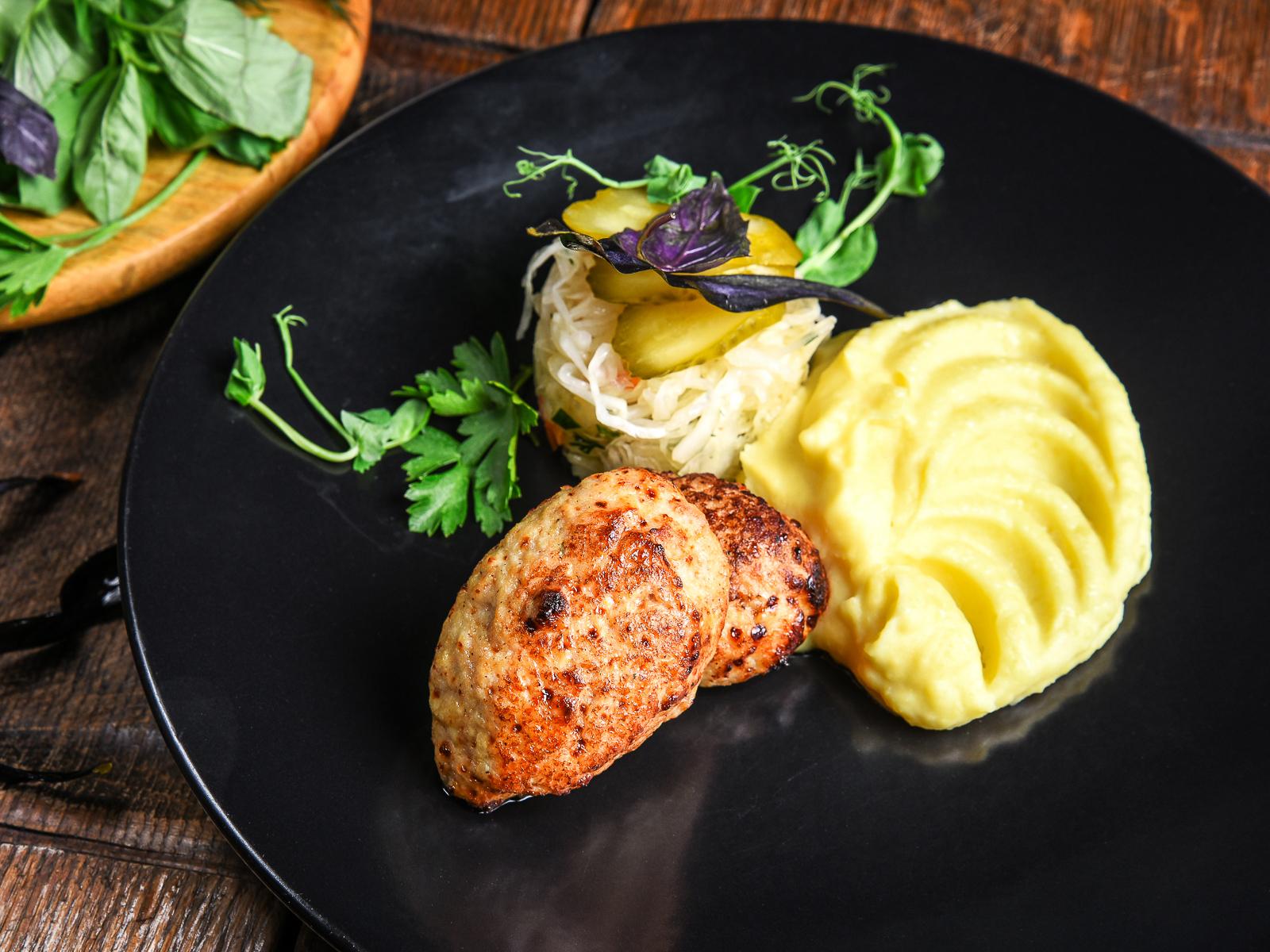Куриные котлеты с картофельным пюре и сладкой капустой