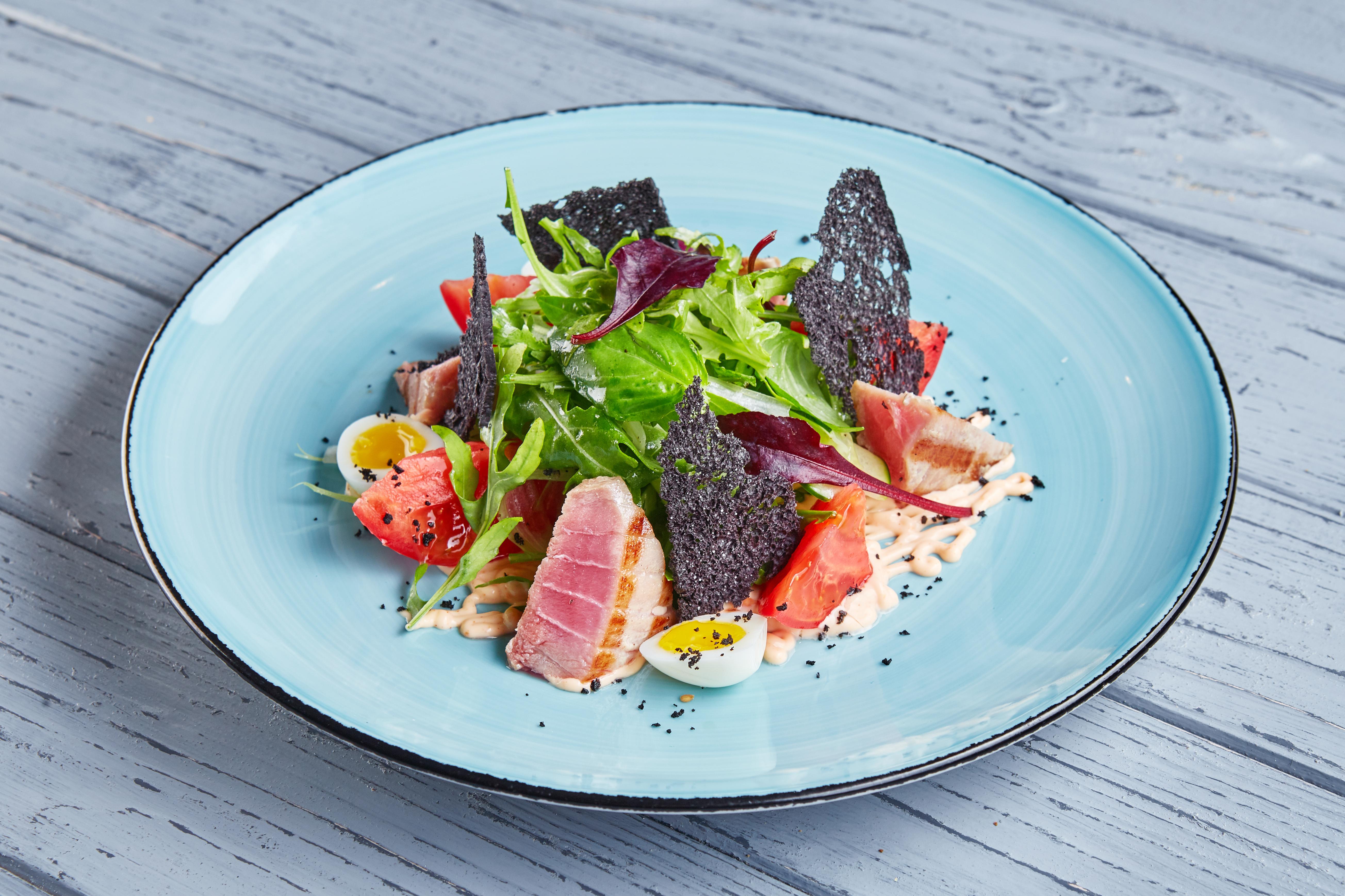 Салат с тунцом гриль, овощами и спайси соусом