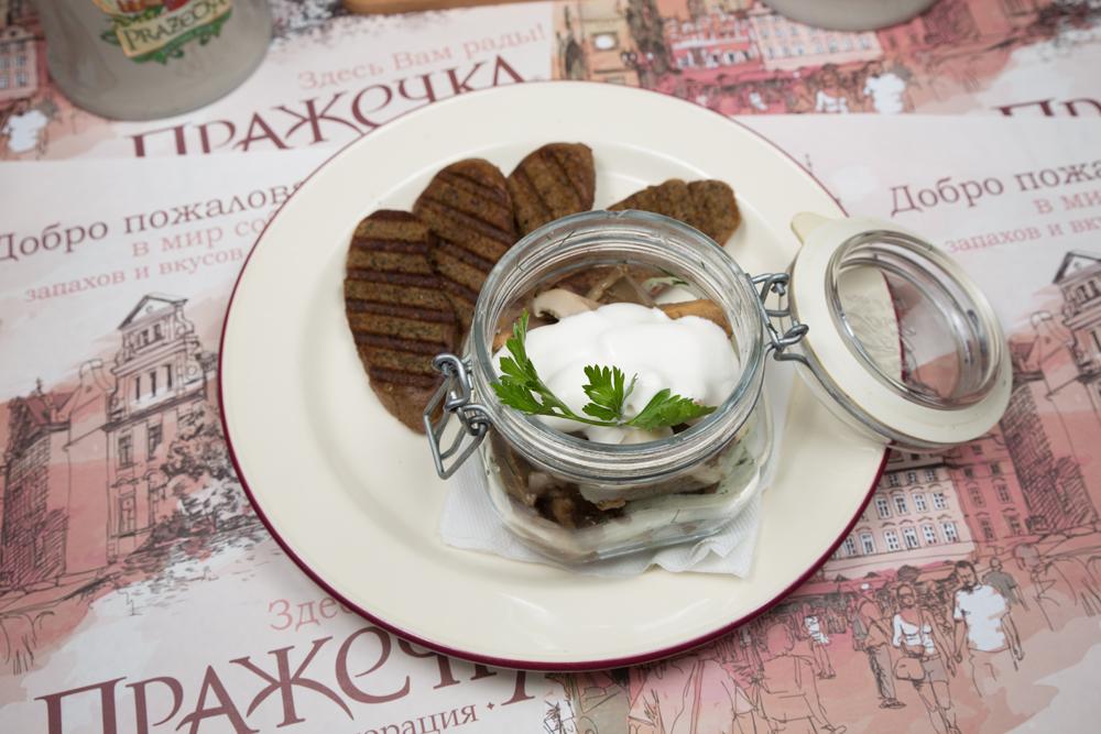Грибочки соленые со сметаной