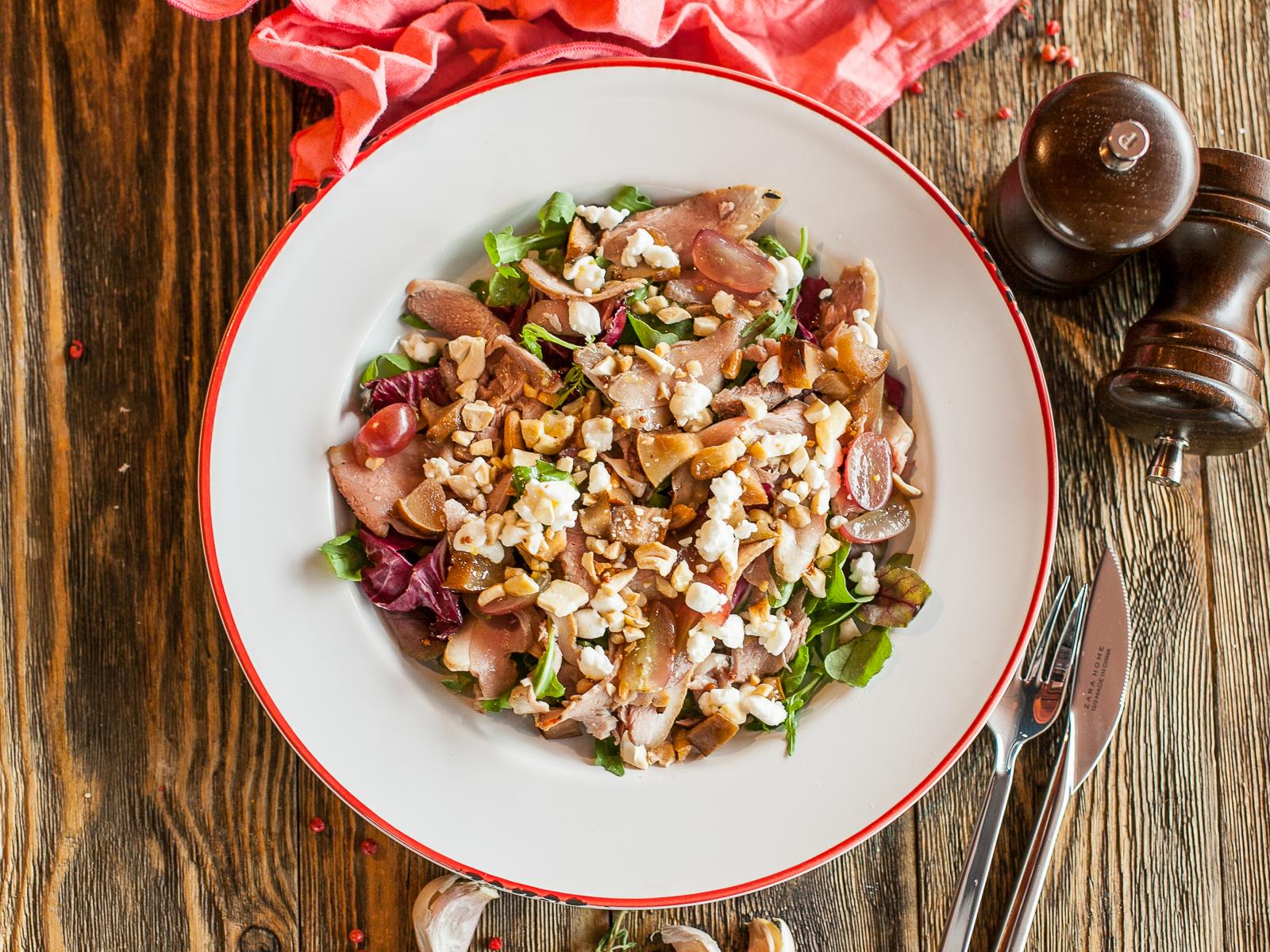 Салат с утиной грудкой и запеченной грушей