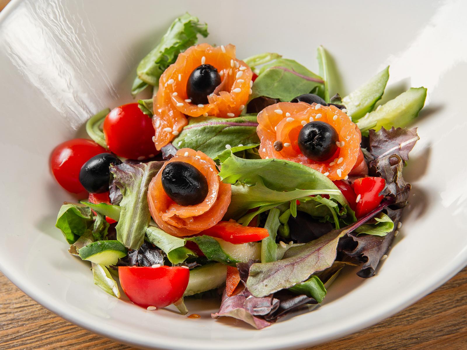 Салат овощной с лососем шеф-посола