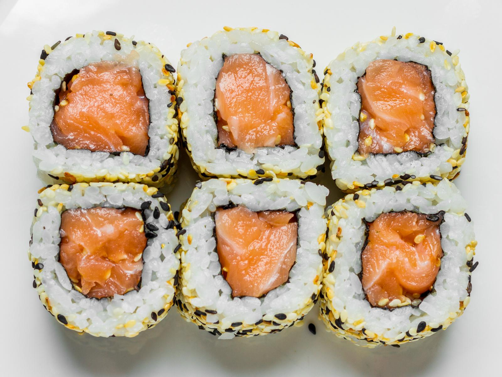 Острые роллы с лососем