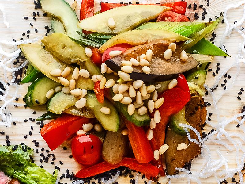 Теплый салат из овощей с кедровыми орешками