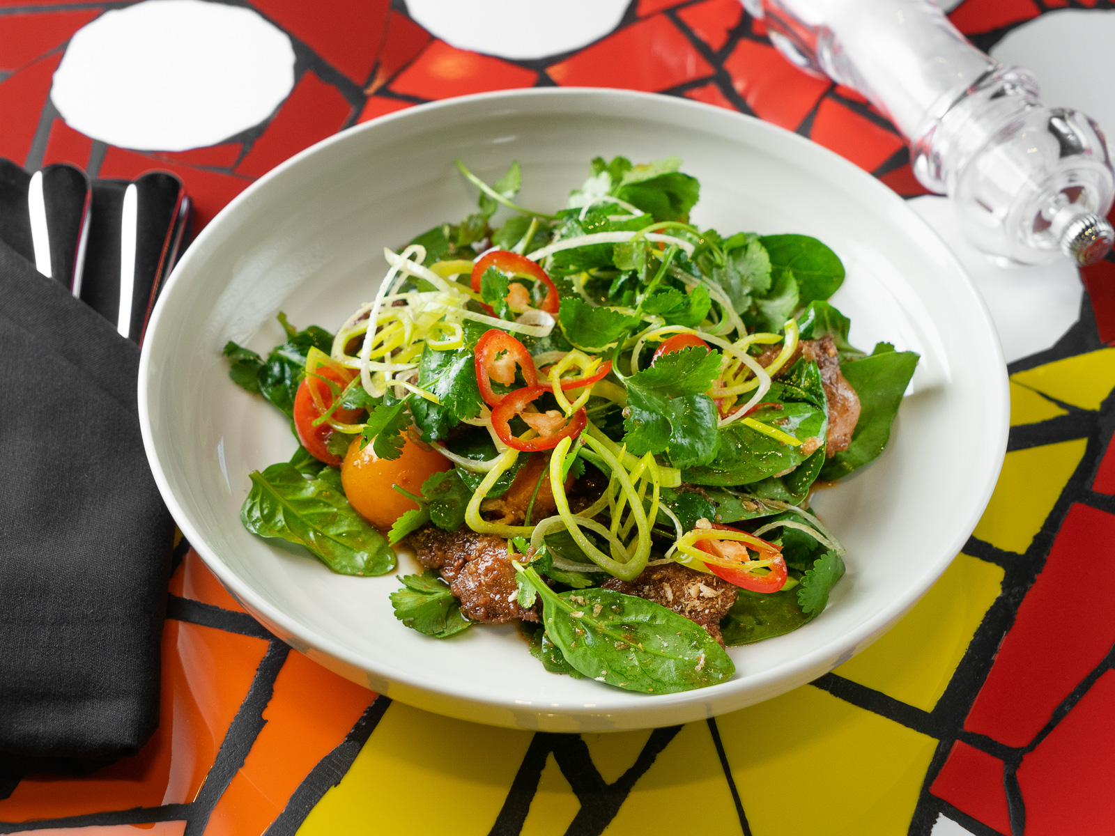 Салат Чили с печенью и листьями салата