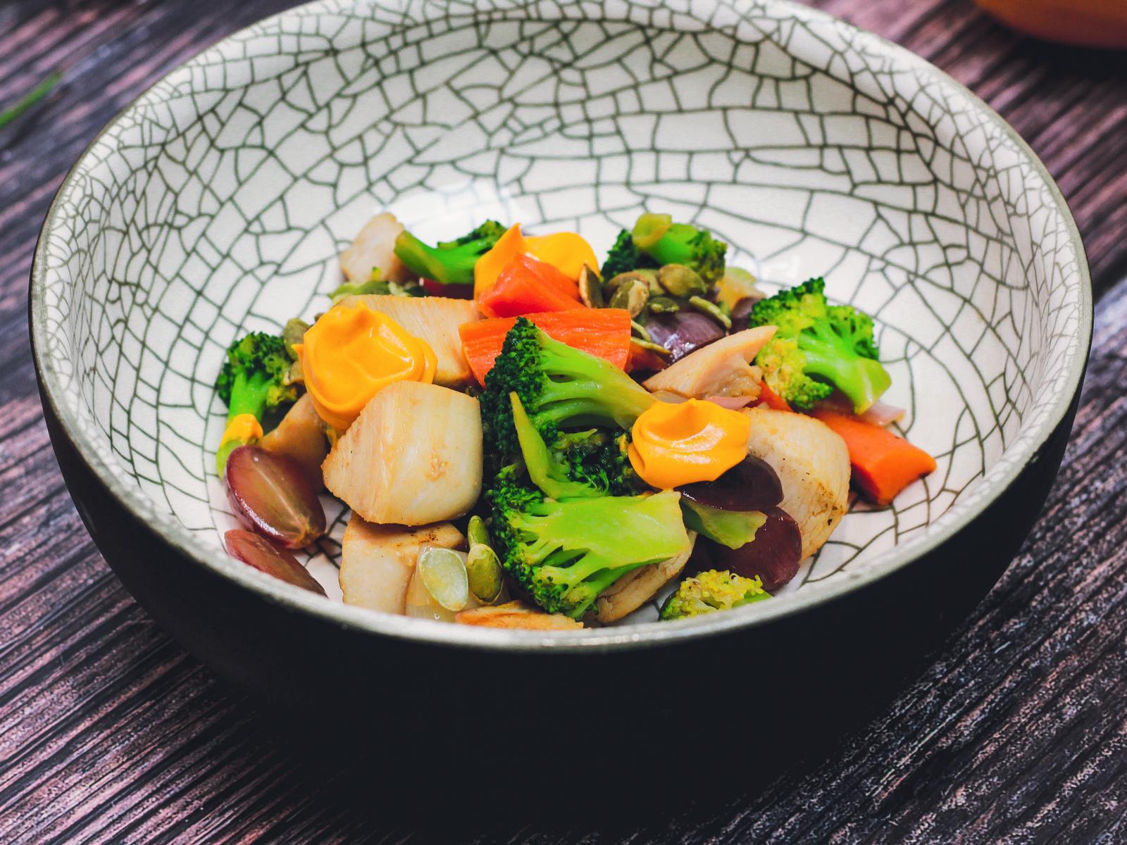 Теплый салат с индейкой, брокколи и виноградом
