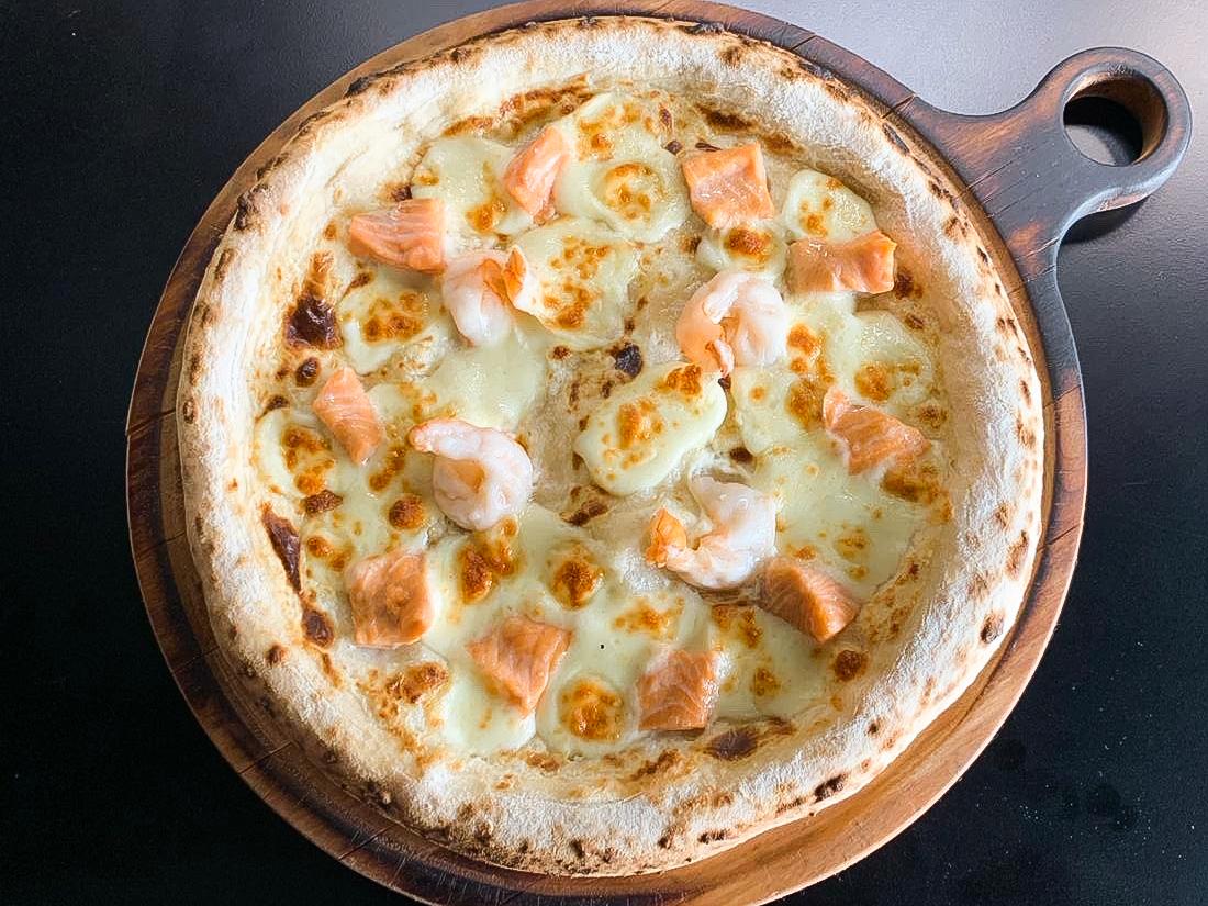 Пицца с креветками и форелью