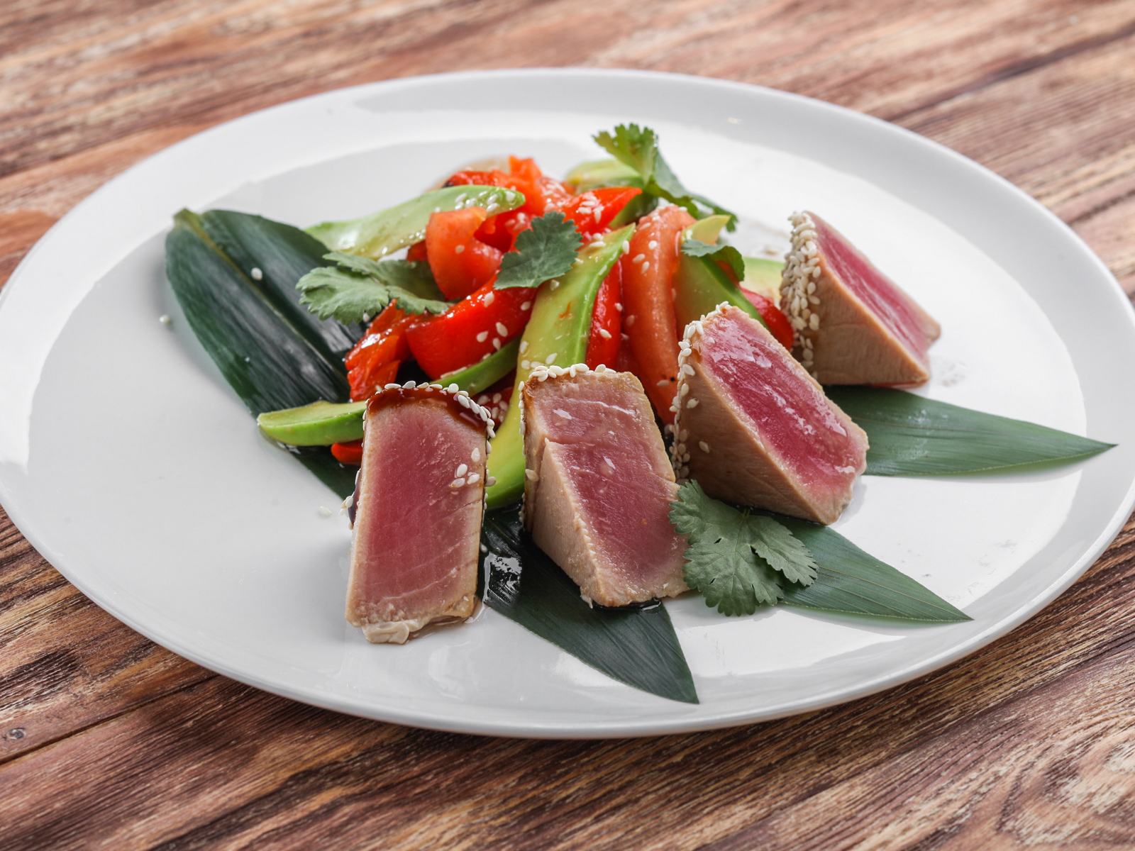 Салат с тунцом и авокадо в азиатском стиле