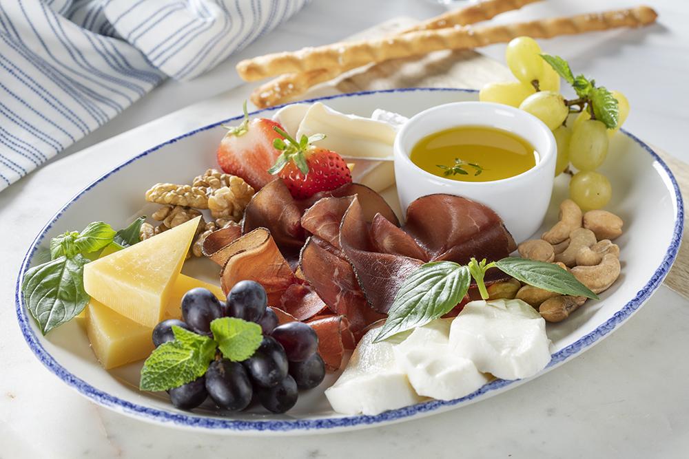 Пармезан, камамбер, моцарелла, прошутто, виноград, грецкие орехи, кешью, гриссини