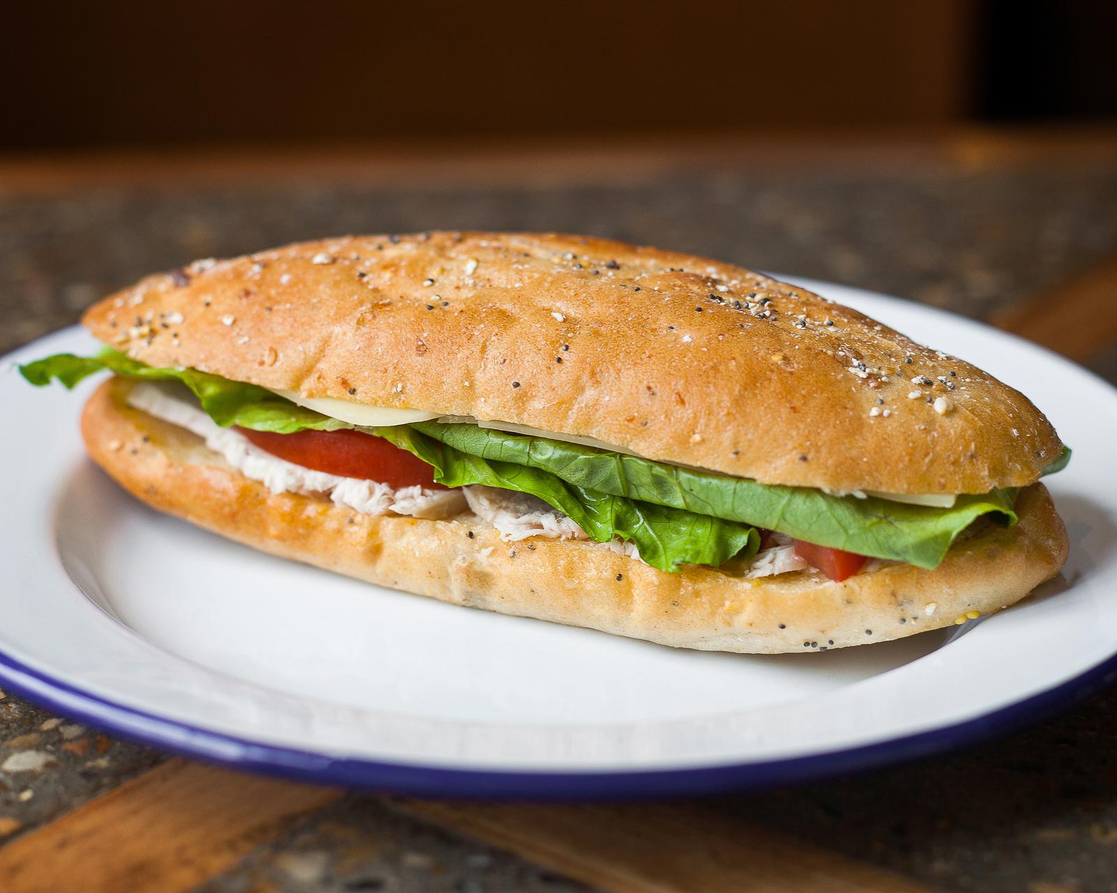 Сэндвич с индейкой, сыром и свежими томатами
