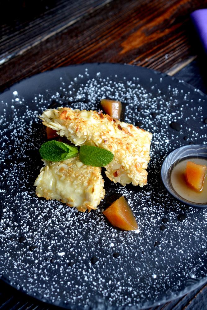 Жареный сыр с миндалем и вареньем из айвы