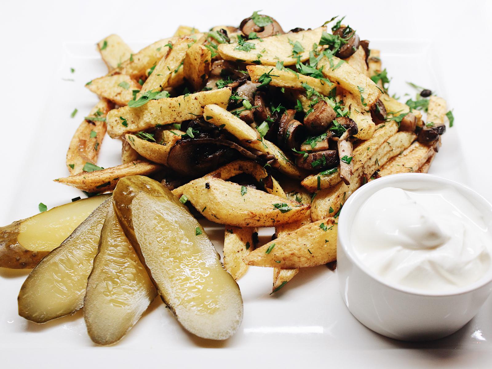 Картофель жареный с грибами и лучком
