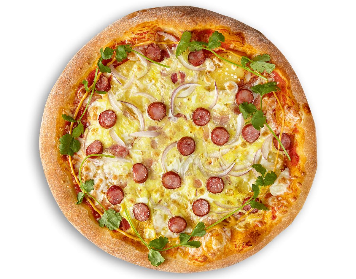 Пицца с копчеными колбасками, картофелем, беконом и яйцом